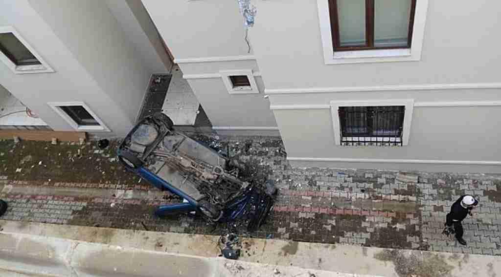 Otomobil apartman boşluğuna düştü - Bursa Haberleri