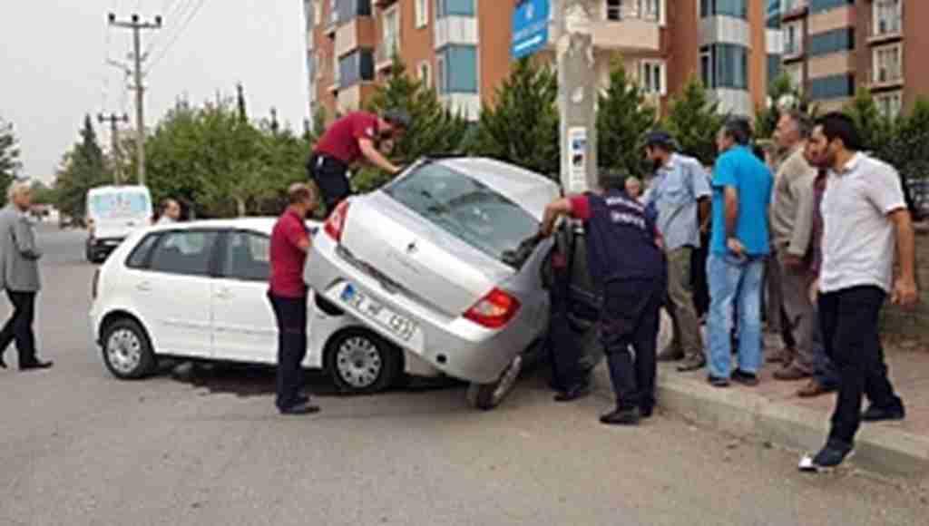 Otomobil diğer otomobilin üzerine çıktı, sürücü sıkıştı