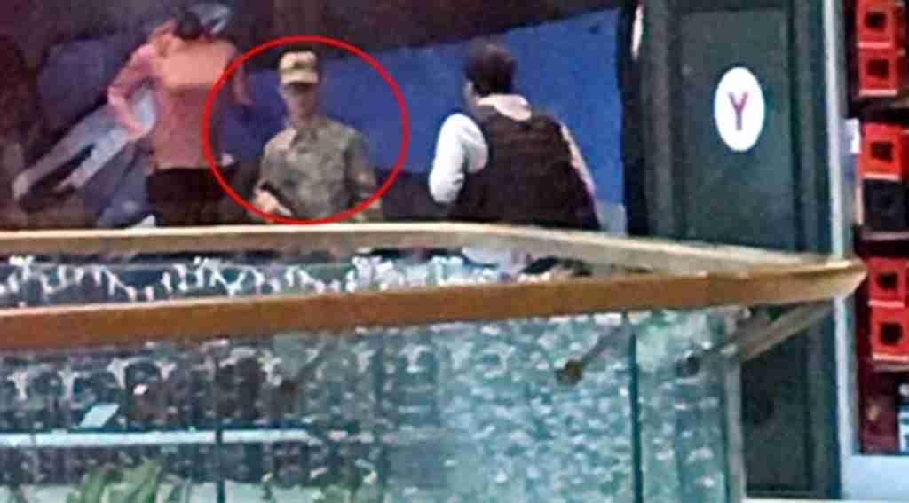 Silahıyla firar eden asker AVM çalışanlarını rehin aldı