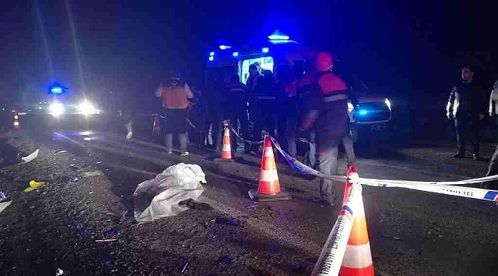 Katliam gibi trafik kazası! Otomobil ile tır çarpıştı: 2 ölü, 2 yaralı