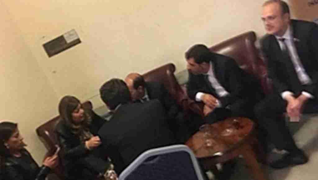 Sigara yasaklarını görüşen Milletvekilleri, yasak alanda sigara içti