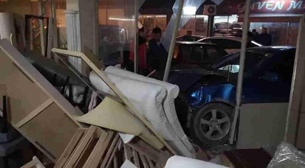 3 araca çarpan otomobil, döşeme atölyesine daldı - Bursa Haberleri