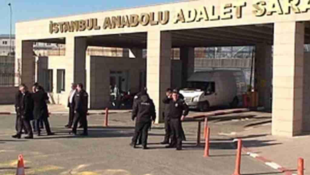 Adliyede güvenlik görevlileri arasında silahlı kavga