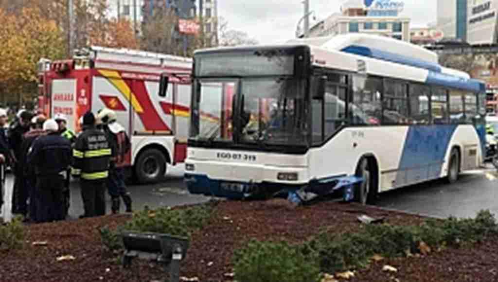 Belediye otobüsü yayalara çarptı... Yaralılar var