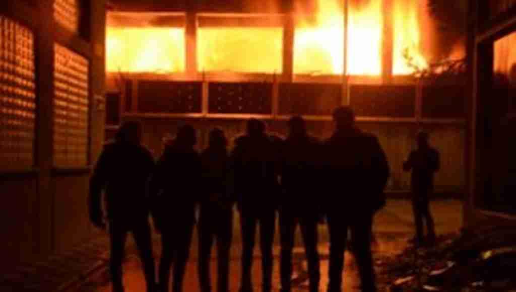 Bursa'da ki okul yangınında öğrenciler yanan okullarının önünde hatıra fotoğrafı çektirdi