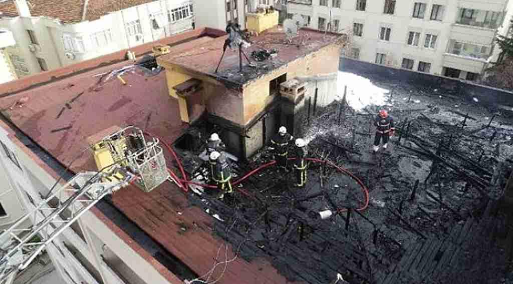 Çatı yangınında mahsur kalan işçileri itfaiye kurtardı - Bursa Haberleri