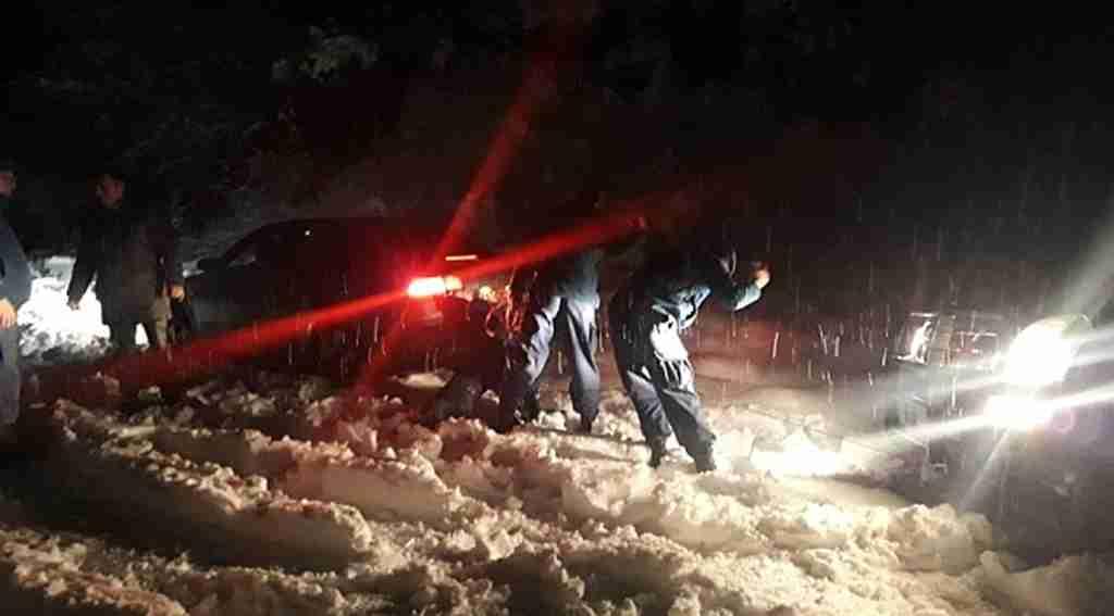 Kocaeli, Gölcük'te gezmek için gittikleri dağda karın için mahsur kaldılar