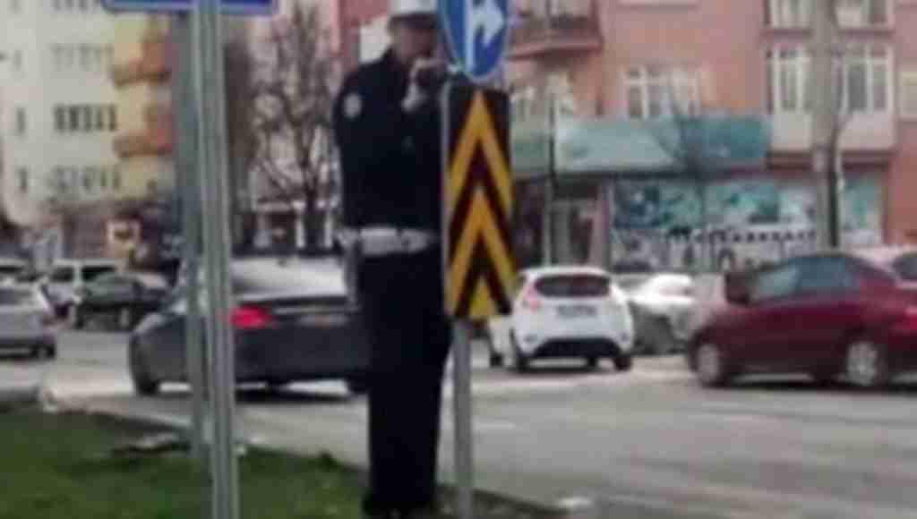 Tabelanın arkasına saklanarak gizli video çeken polise sürücüler tepki gösterdi