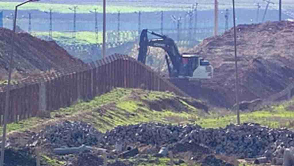 Türkiye Ceylanpınar sınırında hendek kazıyor