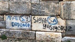 2 bin yıllık surlara sprey boyayla yazı yazdılar - Bursa Haberleri