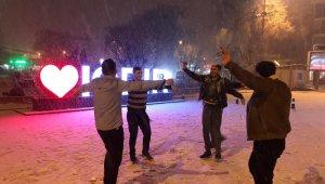 2 yıl sonra kar gören vatandaşlar göbek attı