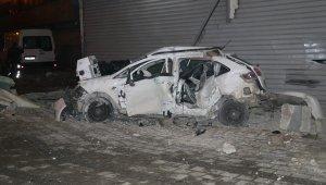 Adana'da feci trafik kazası! Otomobil tamirhaneye çarpıp hurdaya döndü: 2 kadın ağır yaralı