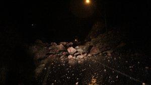 Antalya'da heyelan! Dağın eteklerinden düşen dev toprak ve kaya parçaları yola döküldü!