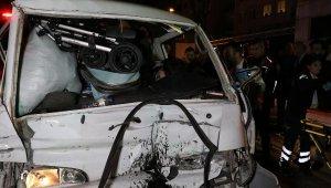 Bursa'da feci trafik kazası! Otobüse arkadan çarpan minibüsün sürücüsü araçta sıkıştı!