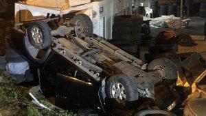 Bursa'da trafik kazası! Kontrolden çıkan araç, oto lastik dükkanına uçtu