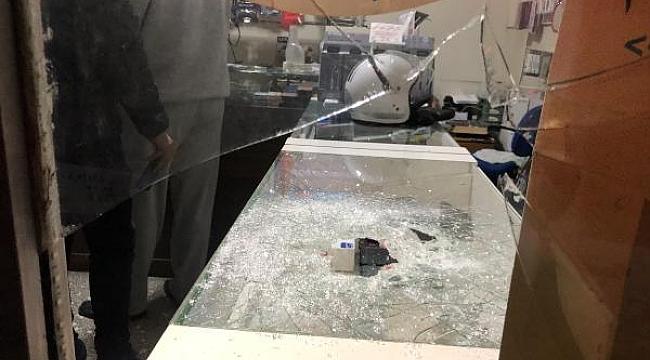 Dükkana bile girmeden 8 telefonu çaldı - Bursa Haber