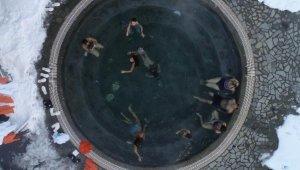 Eksi 15 derecede, kar altında havuz keyfi - Bursa Haber