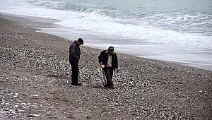 Fırtınanın ardından sahilde define aradı