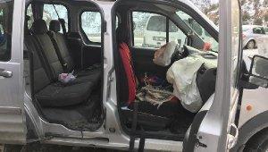 Gümüşhane'de feci kaza! Üzerine kaya parçası düşen otomobil, ağaca çarptı: 4 yaralı