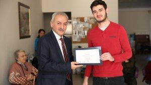 Huzurevi sakinlerine ücretsiz saç bakımı yapan öğrencilere ödül - Bursa Haber