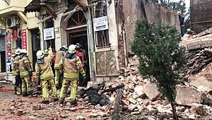 İstanbul Yedikule'de bina çöktü: 2 kişinin cansız bedenine ulaşıldı!