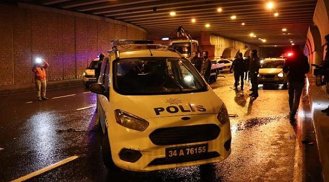 İstanbul'da ticari taksiyi kovalayan polis araçları kaza yaptı: 2 yaralı