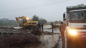 İzmir'de köprü çöktü, işçiler mahsur kaldı
