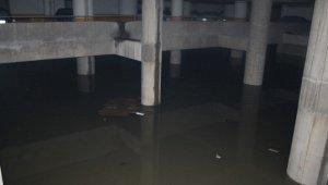 İzmir Şehirlerarası Otobüs Terminali aşırı yağış nedeniyle sular altında kaldı, elektrikler kesildi