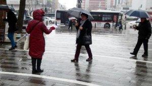 Kadına yönelik şiddeti tek başına protesto etti - Bursa Haber