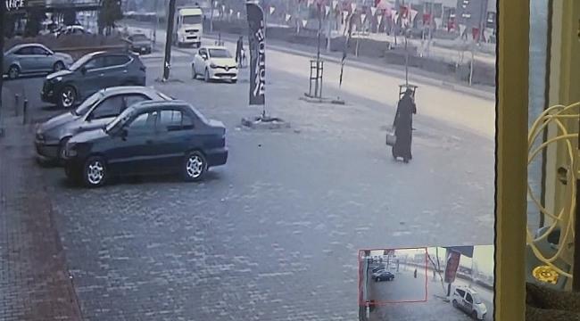 Kamyon kaldırımda yürüyen Suriyeli genci ezdi - Bursa Haber
