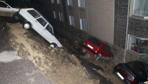 Karabük'te gece yarısı korku dolu anlar! Duvar çöktü, 4 araç apartman bahçesine düştü