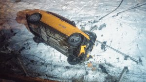 Köprüden uçan otomobil içerisinden sağ çıktı