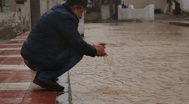Manisa'da zor anlar... Evler sular altında kaldı