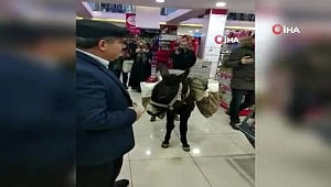Markete eşekle geldi, poşet yerine heybesini kullandı