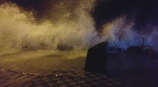 Marmara'da şiddetli lodos, dalgaların boyu 6 metreyi geçti