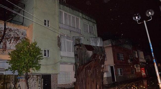 Mersin'de hayat felç oldu! Yolları su bastı, fırtına çatıları uçurdu