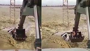 Sel sularına gömülen otomobildeki iki kişi kepçeyle kurtarıldı