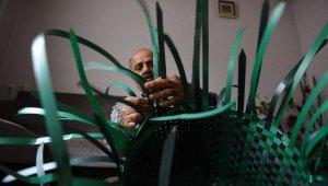 Sokaktan topladığı koli bağlarından pazar çantası yapıyor - Bursa Haber