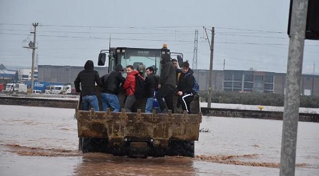 Tren seferleri aşırı yağış yüzünden durdu, yol kapandı, işçiler kepçeyle taşındı