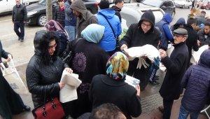 Ücretsiz bez torba dağıttılar, vatandaş saniyeler içerisinde bitirdi - Bursa Haber