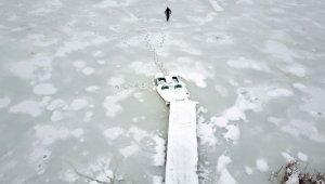 Uludağ'ın eteğinde muhteşem güzellik...Buz tutan göletin üzerinde yürüdü - Bursa Haber