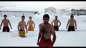 Üniversiteliler yarım metre karda soyundu