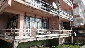 8 ailenin yaşadığı yıkılmaya yüz tutan bina tehlike saçıyor