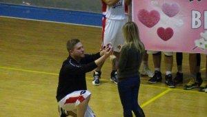 Basketbol maçında sürpriz evlilik teklifi - Bursa Haberleri
