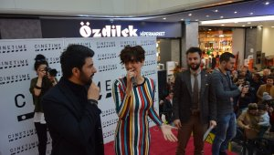 Bergüzar Korel ve Engin Akyürek Bursa'da hayranlarıyla buluştu - Bursa Haberleri
