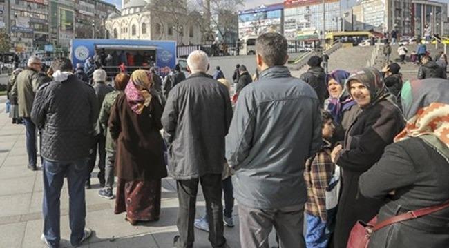 CHP seçim otobüsü, tanzim kuyruğunda bekleyen vatandaşlarla alay etti!