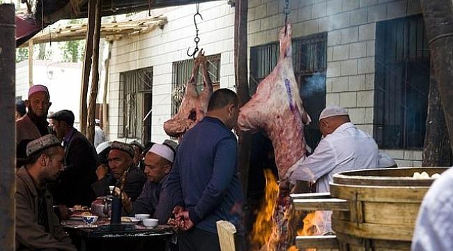 Çinlilerden Müslümanlara büyük hakaret... Zorla yedirdiler