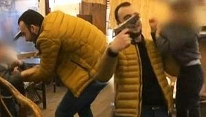 Dehşete Düşüren Görüntü! Küçük Çocuğun Başına Silah Dayayıp Tehdit Etti