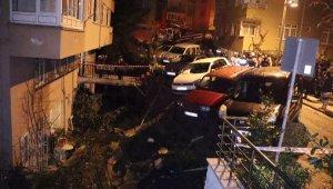 Duvar çöktü, araçlar askıda kaldı