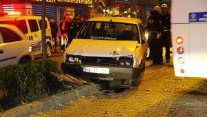 Ehliyetsiz sürücü polisin dur ihtarına uymadı, otomobile çarptı, yayaların üzerine sürdü...